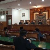 Maryoto Birowo (depan, paling kiri) saat menghadiri rapat paripurna pemberhentian dirinya sebagai wakil bupati (foto : Joko Pramono/JatimTIMES)