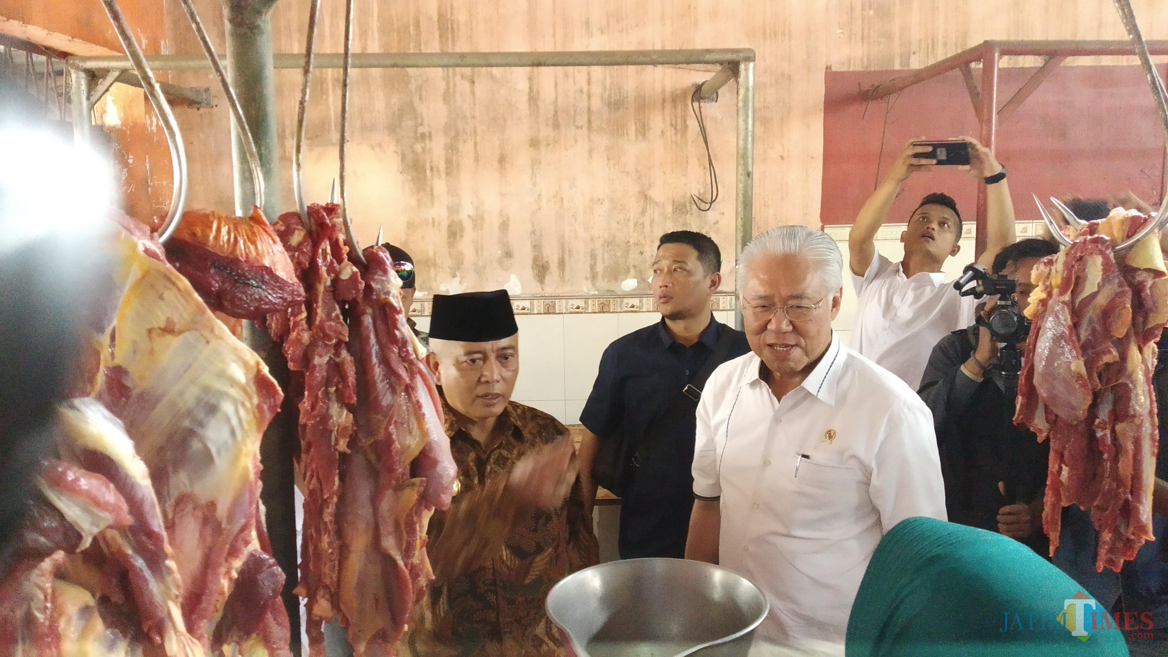 Menteri Perdagangan Enggartiasto Lukita (kemeja putih) saat cek harga daging di Pasar Singosari. (Pipit Anggraeni/MalangTIMES).