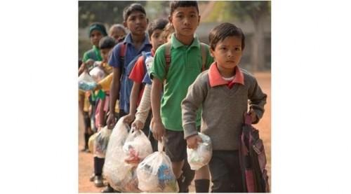 Para siswa berbaris sambil membawa sampah plastik. (Foto: instagram Akhsar_foundation)