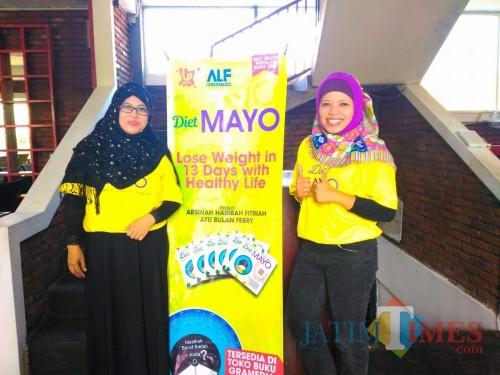 Penulis buku kesehatan Ayu Bulan Febry KD (kanan) saat launching buku Diet Mayo. (Foto: Dokumen MalangTIMES)