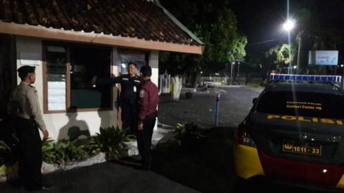 Petugas saat melakuaknpatrooli perumahan dan berkordinasi dengan security (ist)