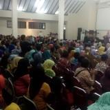 Ratusan GTT saat diundang bupati ke pendopo untuk mendapat surat tugas, honor serta THR (foto : Moh. Ali Makrus / JatimTIMES)