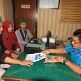 Salah satu pengurus HMI Probolinggo saat melapor ke SPKT Polres Probolinggo Kota (Agus Salam/Jatim TIMES)