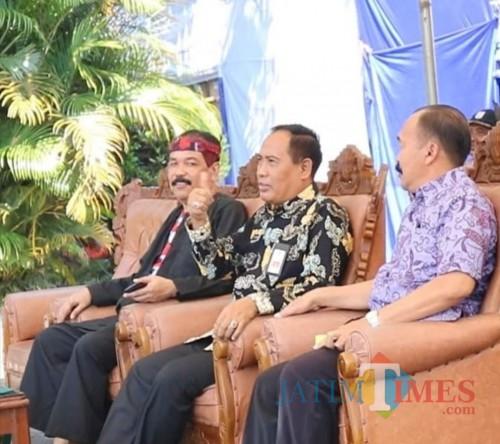 Tengah : M Hidayat Kepala Dinas Pendidikan Kabupaten Malang (Disdik Kab Malang)