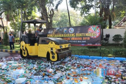 Barang bukti miras yang didapat selama Ramadan saat dimusnahkan di halaman Polres Malang, Kabupaten Malang (Foto: Humas Polres Malang for MalangTIMES)