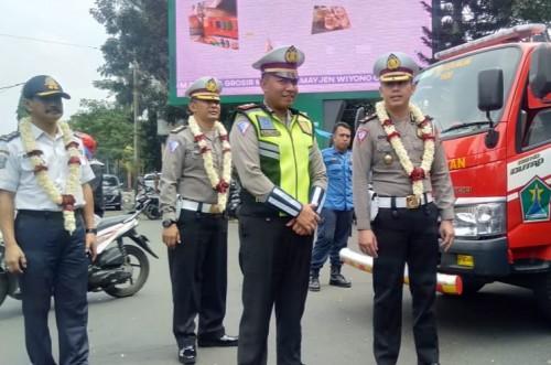 Ditlantas Polda Jatim, Kompol Adithya Panji Anom (kanan) saat melakukan sidak penilaian ke Pospam dan Posyan Polres Malang Kota (ist)