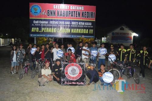 Komunitas lowrider Kediri usai bersepeda dan bagi takjil di kantor BNN Kabupaten Kediri. (eko Arif s /JatimTimes)