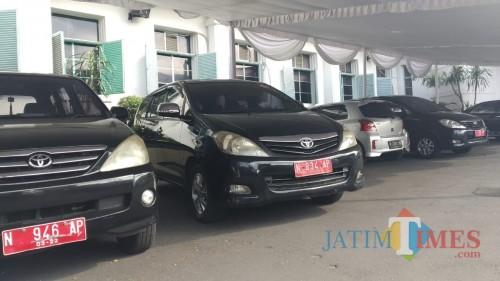Mobil Dinas yang terparkir di Halaman Balai Kota Malang (Pipit Anggraeni/MalangTIMES).