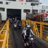 Pemudik dari Bali keluar dari Kapal yang bersandar di Dermaga Ponton Pelabuhan Ketapang