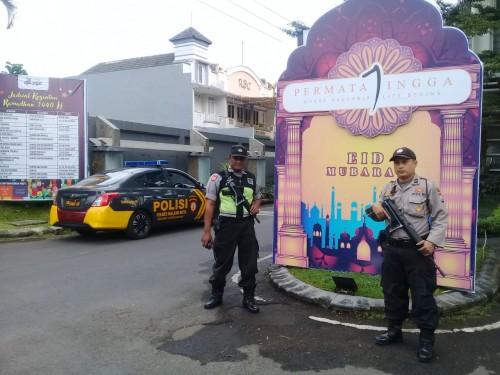Petugas yang melakukan patroli dikawasan perumahan (Polsek Lowokwaru)
