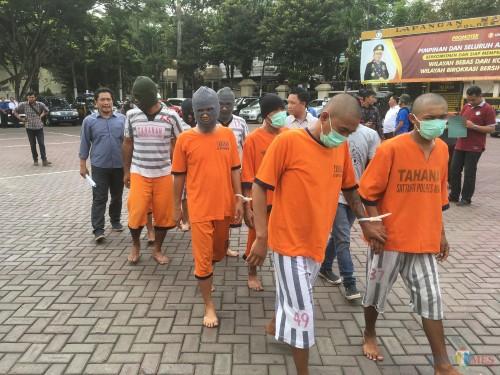 Tersangka kasus narkoba yang sempat ditahan Polres Malang saat menjalani serangkaian tes TAT di BNN Kabupaten Malang (Foto : Ashaq Lupito / MalangTIMES)