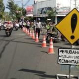 Petugas Dishub dan Satlantas Polres Jember saat berjaga di pertigaan jalan Trunojoyo dan Kartini untuk sosialisasi rekayasa lalu lintas (foto : Moh. Ali Makrus / Jatim TIMES)