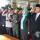 Wali Kota Kediri bersama OPD di lingkungan Pemkot Kediri beserta elemen lainnya menggelar upacara bendera. (Eko Arif S /JatimTIMES)