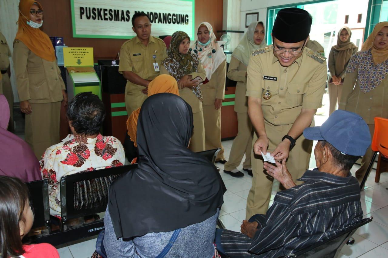 Bupati Abdullah Azwar Anas berinteraksi dengan masyarakat saat sidak di Puskesmas Mojopanggung