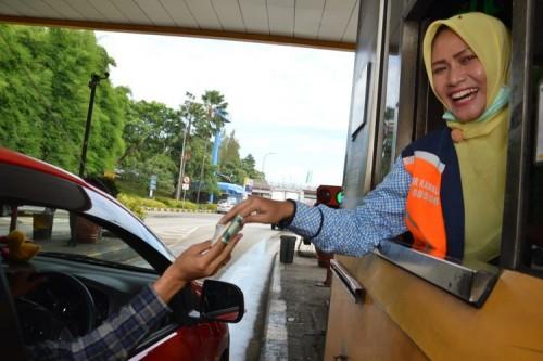 Ilustrasi transaksi di jalan tol (Ist)