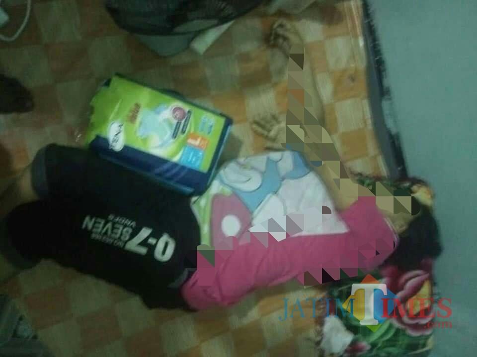 Korban Jiratun saat ditemukan tewas di rumah sewa / Foto : Ahok / TulungagungTIMES