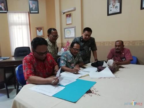 Nazarudin Hasan Ketua Tim Sidak (kanan) bersama Eko Darmawan Sekdin Tenaga Kerja dan tim saat sidak kehadiran pegawai di Disnaker (Nana)