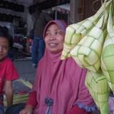 Penjual ketupat di pasar Ngemplak (foto : Joko Pramono/Jatim Times)