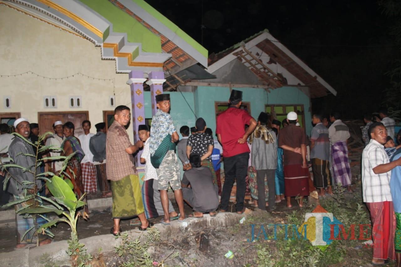 Rumah oeang tua Suroso yang dirusak warga menjadi tontonan warga  (Agus Salam.Jatim TIMES)