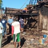 Situasi rumah Dedi yang terbakar (Foto Sony Haryono / Situbondo TIMES)