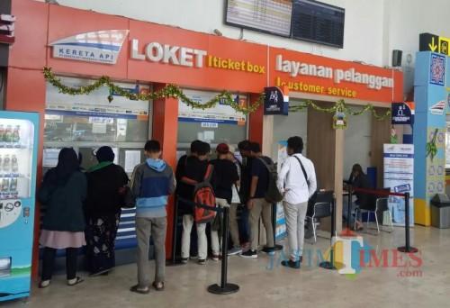 Suasana antrean pembelian tiket di Stasiun Kotabaru Malang, hari ini (10/6/2019) atau H+4 Lebaran 1440H. (Foto: Nurlayla Ratri/MalangTIMES)