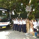 Wabup Situbondo (pegang bendera) saat melepas bus penumpang arus balik mudik gratis. (Foto Heru Hartanto / Situbondo TIMES)