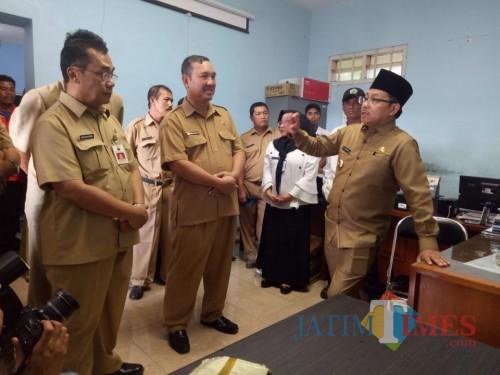 Wali Kota Malang Sutiaji (kenakan kopiah) ketika melakukan sidak di kompleks kantor OPD di Jl. Bingkil Kota Malang (Muslimin/MalangTIMES).