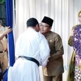 Wali Kota Malang Sutiaji (tengah, berkopiah) saat bersalaman dalam kegiatan halalbihalal. (Arifina Cahyanti Firdausi/MalangTIMES)