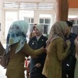 Bupati Kediri Hj Haryanti Sutrisno menyalami para ASN dalam acara halalbihalal di pendopo. (eko Arif s /JatimTimes)