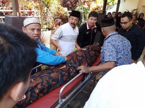 Jenazah almarhum mantan Ketua DPRD Kota Malang, Priyatmoko Oetomo saat tiba di rumah duka (Istimewa).
