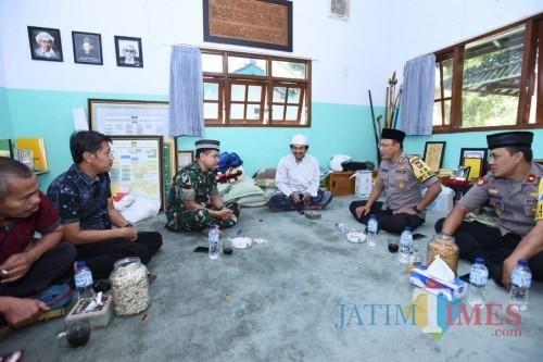Kapolres bersama Dandim saat bersilaturahmi ke KHR. Kholil Asad Syamsul Arifin (Foto: Heru Hartanto/ SitubondoTIMES)