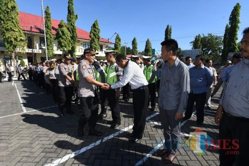Kapolres usai pimpin apel langsung melaksanakan halal bihalal ke anggota (Sony Haryono / SitubondoTIMES)
