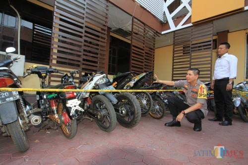 Kapolresta saat memeriksa dan melihat sepeda motor hasil razia malam takbiran  (Agus Salam.Jatim TIMES)