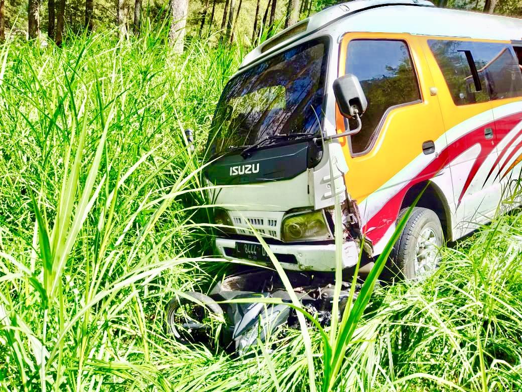 Salah satu kecelakaan lalu lintas di Klemuk antara mobil elf dan sepeda motor beberapa saat lalu. (Foto: istimewa)