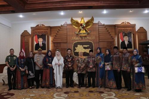 Suasana foto bersama Wali Kota Malang Sutiaji (enam dari kanan) bersama forkopimda dan Gubernur dan Wakil Guberjur Jawa Timur (Foto: Humas Pemkot Malang)