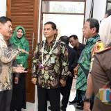 Wali Kota Kediri Abdullah Abu Bakar (kiri) bersama dirjen Badan Peradilan Umum MA Republik Indonesia. (eko Arif s /JatimTimes)