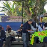 Warga Kota Malang yang sudah diberikan akses masuk ke area pelayanan untuk perpanjangan SIM di SATPAS Polres Makota (Arifina Cahyanti Firdausi/ MalangTIMES)