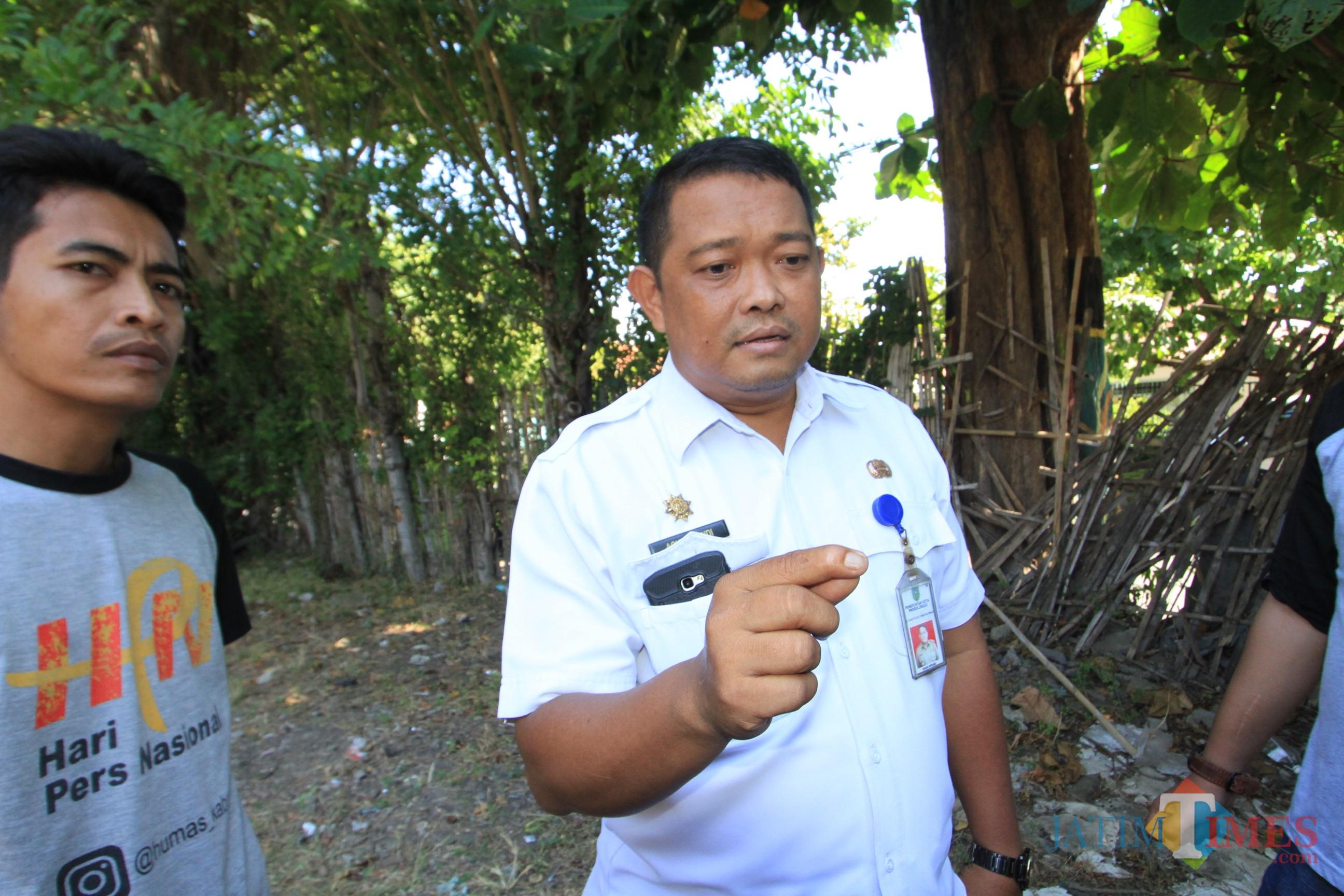 Agus Effendi, kepala Dinas Satpol PP Kota Probolinggo, saat menjelaskan ke sejumlah wartawan kasus yang dilaporkan Selasa kemarin .(Agus Salam/Jatim TIMES)