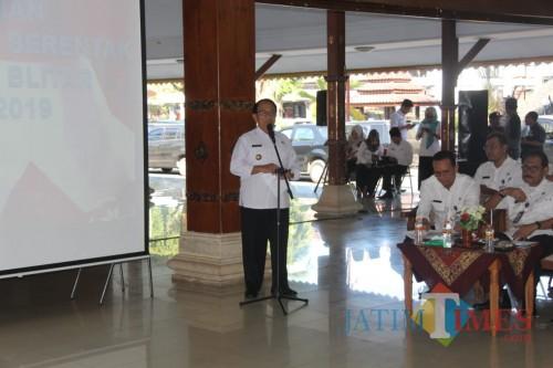 Bupati Blitar Rijanto saat menyampaikan sambutan peresmian desk pilkades.