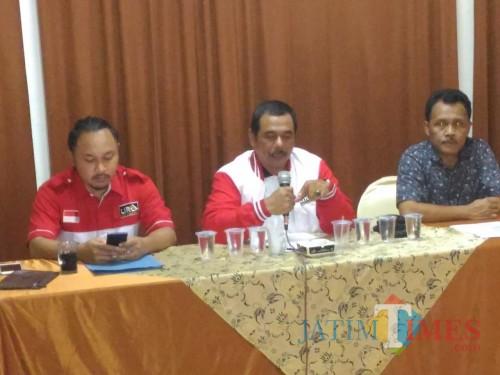 Bupati LiRa Malang Zuchdy Achmadi (tengah) dalam suatu acara. (LiRa for MalangTIMES)