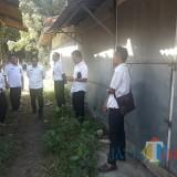 Bupati Lumajang H. Thoriqul Haq menyusuri lorong-lorong di Artha Gama yang mulai kumuh (Foto : Moch. R. Abdul Fatah / Jatim TIMES)