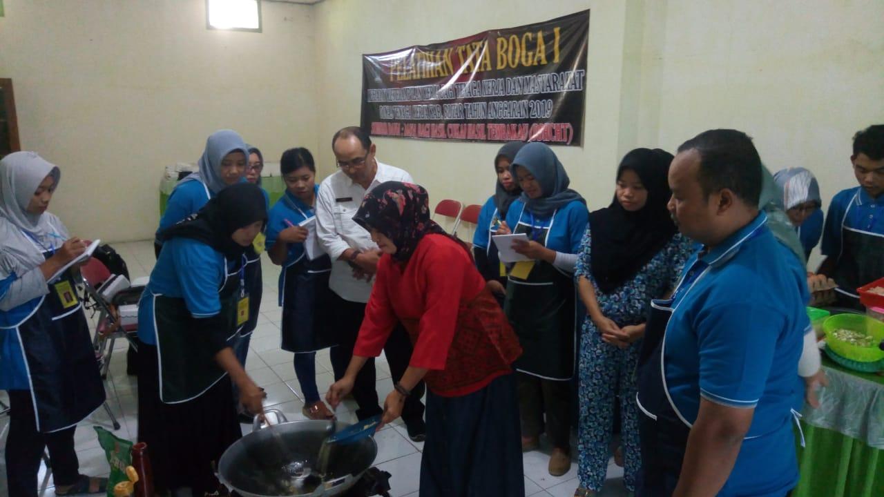 Pelatihan Tata Boga digelar Disnaker Kabupaten Blitar untuk menciptakan wirausahawan baru (Foto: Aunur Rofiq/BlitarTIMES)