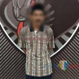 Hori (40) Inilah pria yang menjaminkan istrinya untuk meminjam uang senilai Rp 250 juta (Foto : Moch. R. Abdul Fatah / Jatim TIMES)