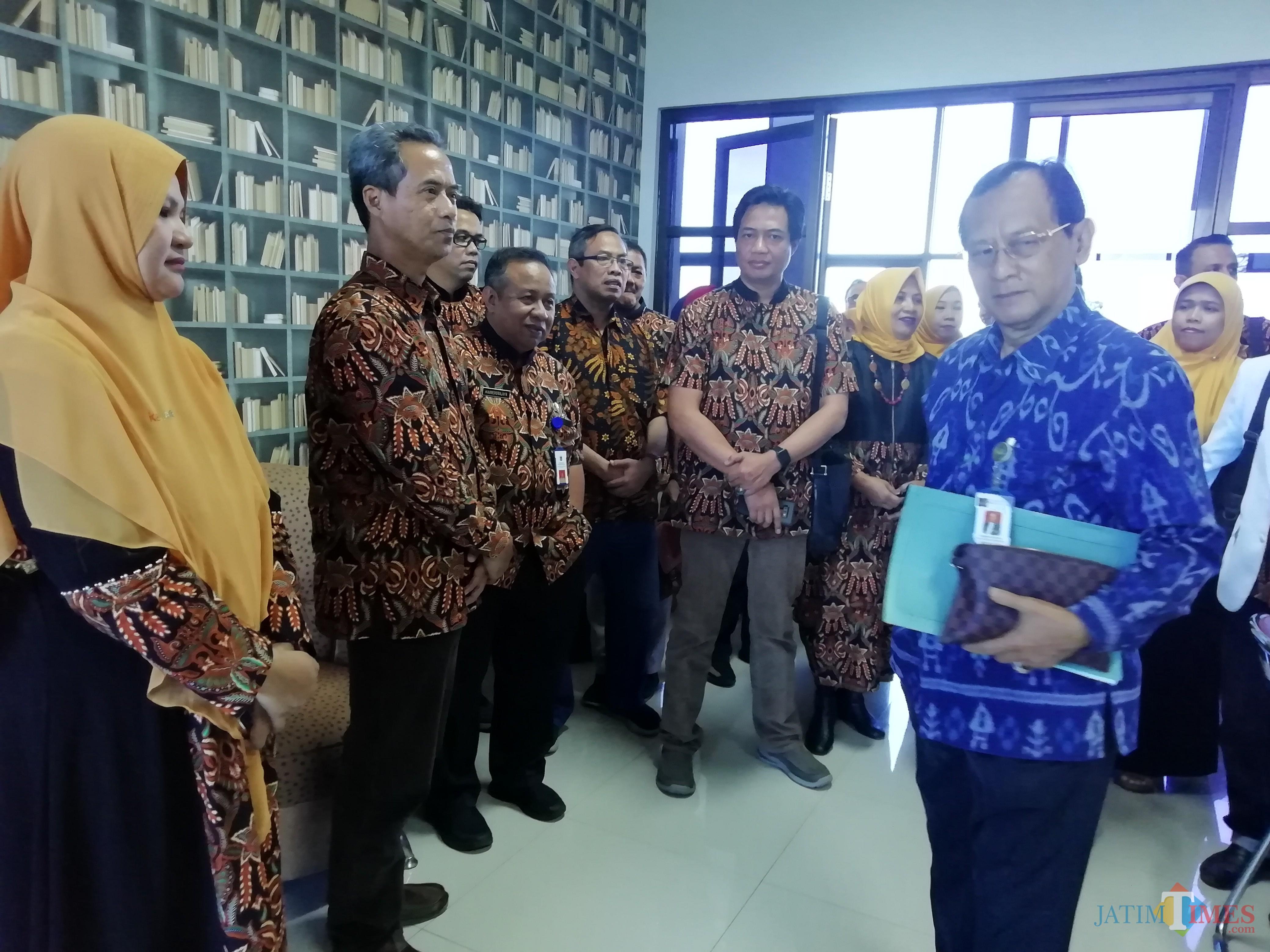 Kunjungan Dewas RS dimanfaatkan untuk sharing persoalan mutasi oleh karyawan RSUD Kanjuruhan (Nana)