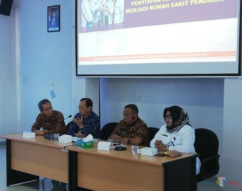 Marhendrajaya Direktur RSUD Kanjuruhan (2 dari kanan) bersama Prof Djanggan Sargowo dalam acara persiapan RS Pendidikan (Nana)