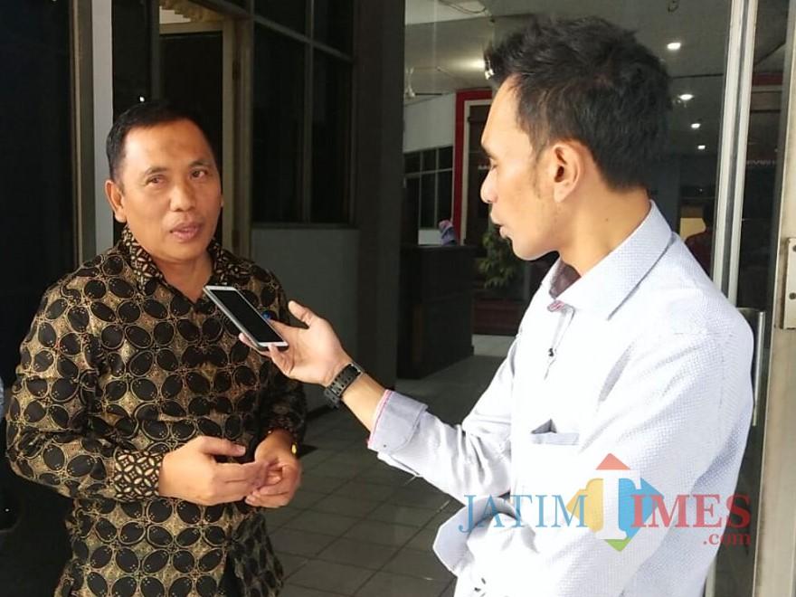 Wabup Situbondo Ir. H. Yoyok Mulyadi MSi pakai baju batik saat diwawancarai wartawan usai rapat paripurna di DPRD Situbondo (Foto Heru Hartanto/ SitubondoTIMES)