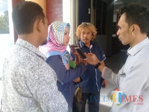 Wakil Ketua DPRD Situbondo Zeiniye pakai kerudung saat dimintai komentar sejumlah wartawan (Foto Heru Hartanto / SitubondoTIMES)