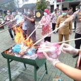 Barang bukti uang senilai Rp 1 Miliar lebih dibakar oleh Kejari Kepanjen, Kamis (13/06/2019) (Nana)