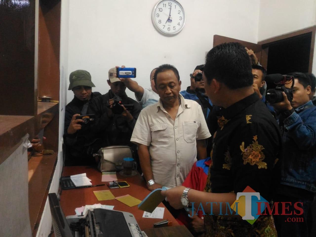 Bupati Lumajang (berbaju batik) ketika menanyakan perihal bukti bayar yang dicetak oleh PT. Mutiara Halim (Foto : Moch. R. Abdul Fatah / Jatim TIMES)