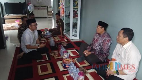 Bupati Situbondo, Dadang Wigiarto, sedang bertakziah di rumah Bagus Adi Saputro